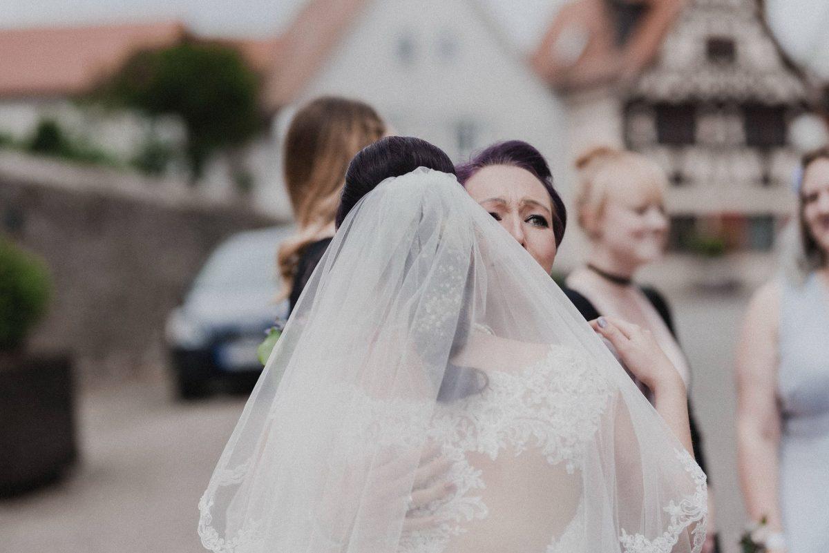 Schleier Braut Gäste Frauen Freudentränen Umarmung Liebe Begrüßung
