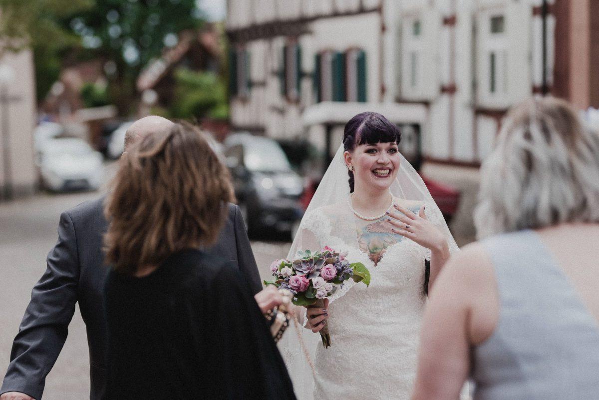 Braut Rührung Tattoo Brautkleid weiß klassisch Gäste Frauen Männer Brautstauß