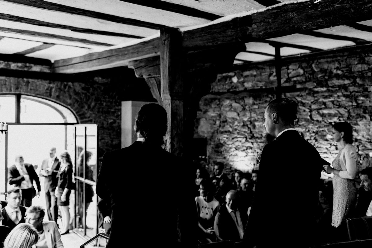 Gäste Standesamt schwarz weiß Bräutigam Spannung Trauung Holz urig