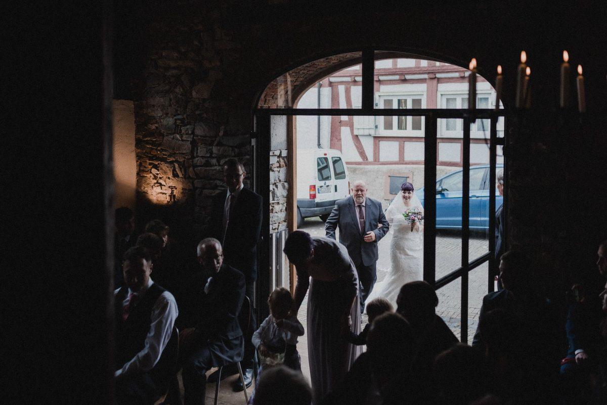 Vater Tochter Einzug Standesamt Gäste Kinder Trauung Ehe emotional