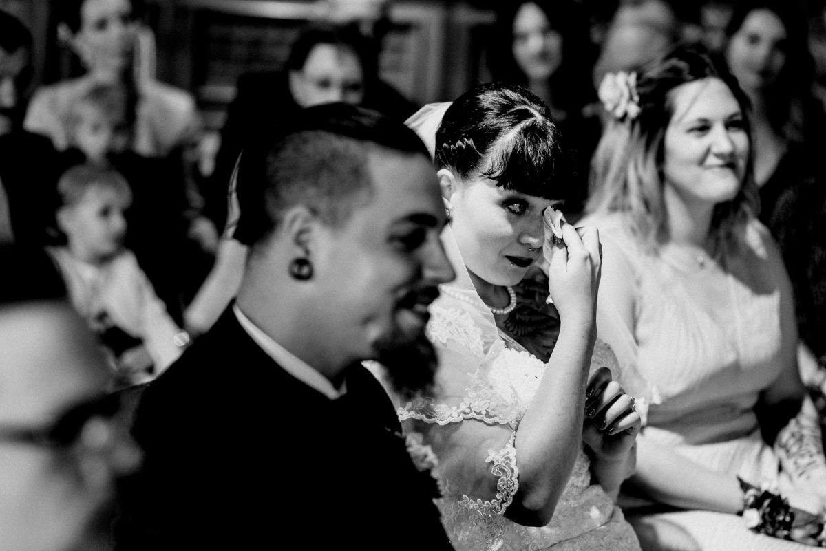 Tränen Freude Liebe emotional Gäste Hochzeit schwarz weiß
