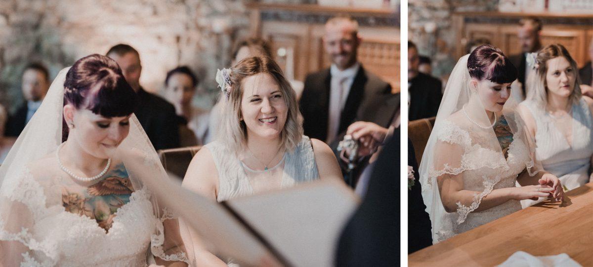 Braut Trauzeugin Frauen Gäste Lachen Freude Ring Kleider weiß Schleier