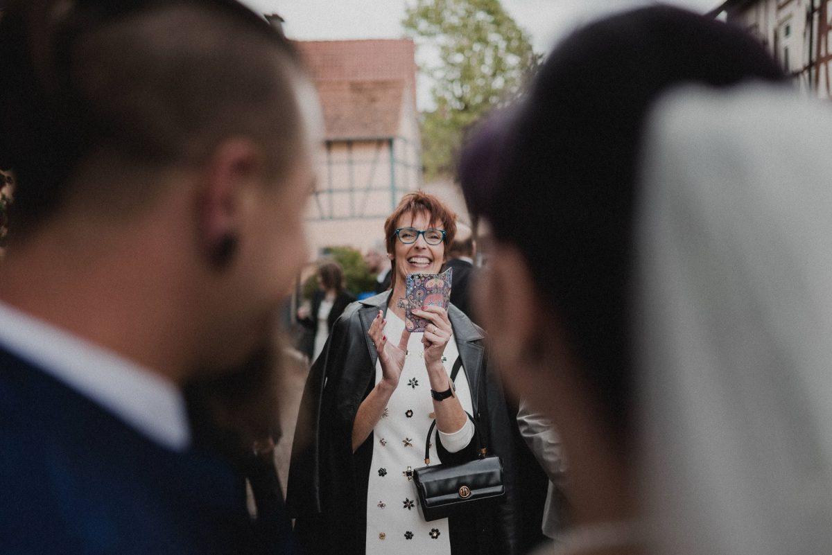 Fotos Handy Braut Bräutigam Liebe Zärtlichkeit Ehe Standesamt Frau Gäste