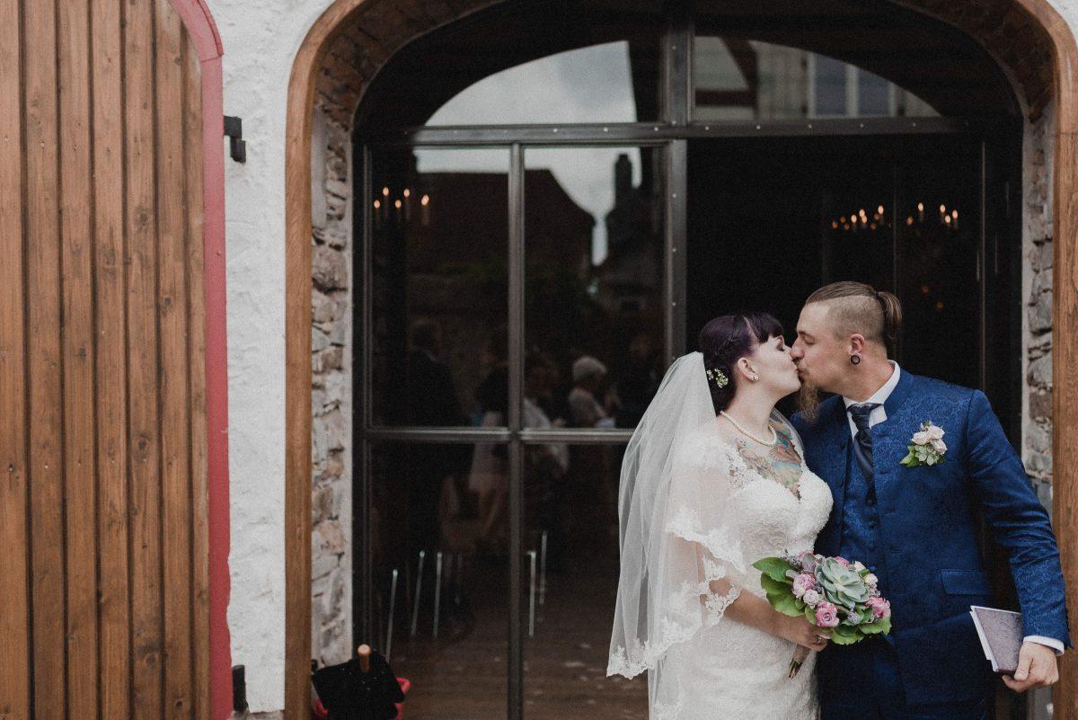 Kuss romantisch Frau Mann Blumenstrauß Ansteckblumen Fenster Shooting