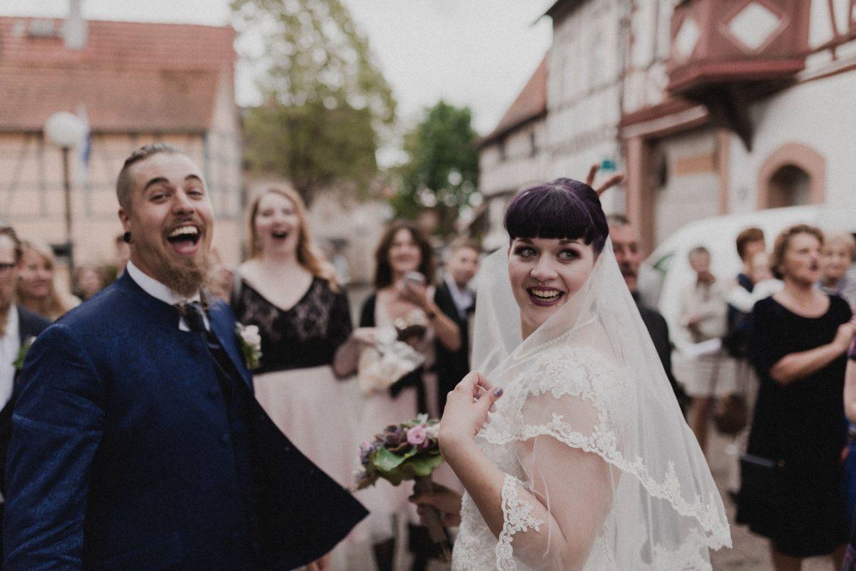 Lachen Überraschung Freude Erstaunen Gäste Braut Bräutigam