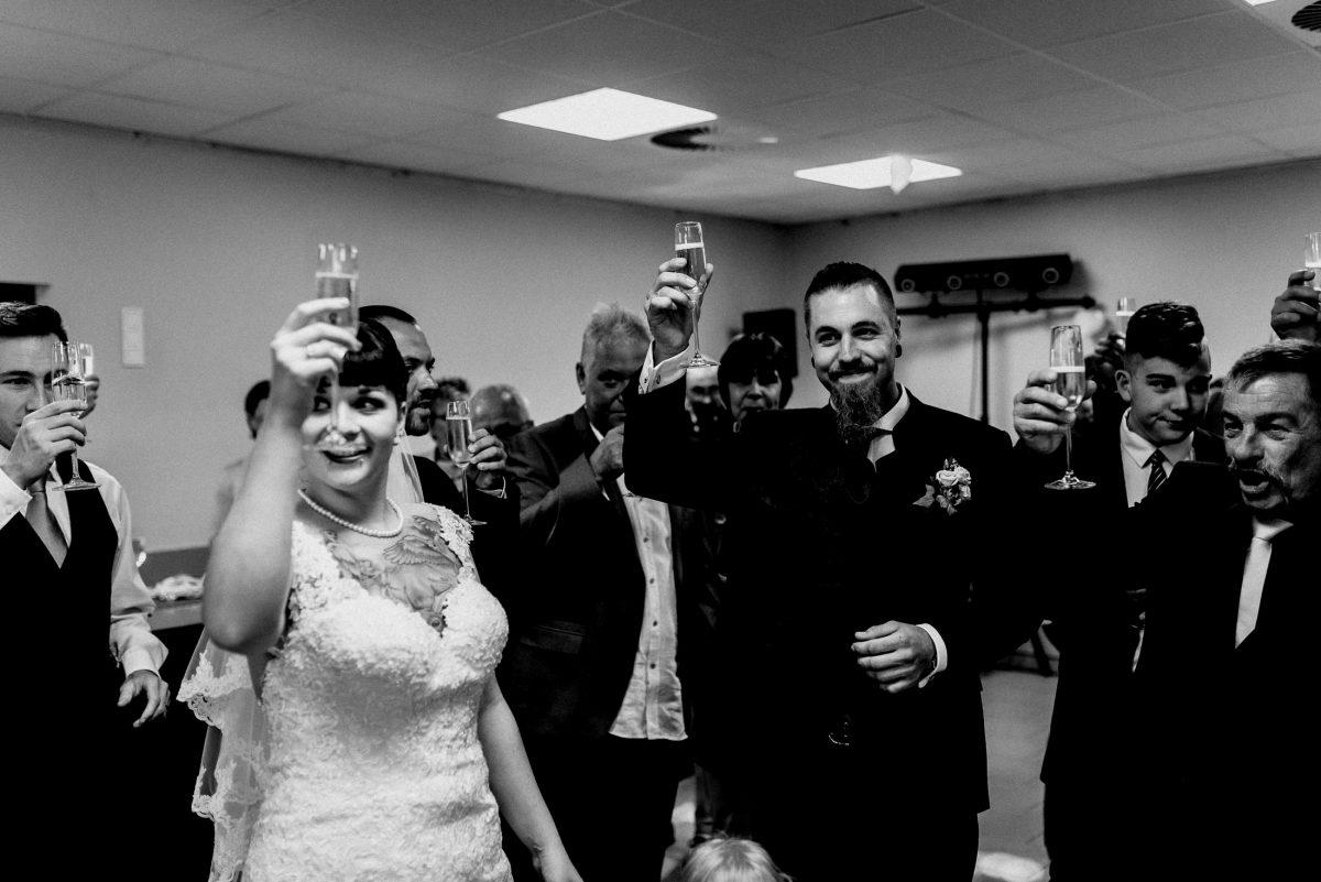 Anstoßen Männer Frauen Gäste Brautpaar Sekt Alkohol Orangensaft