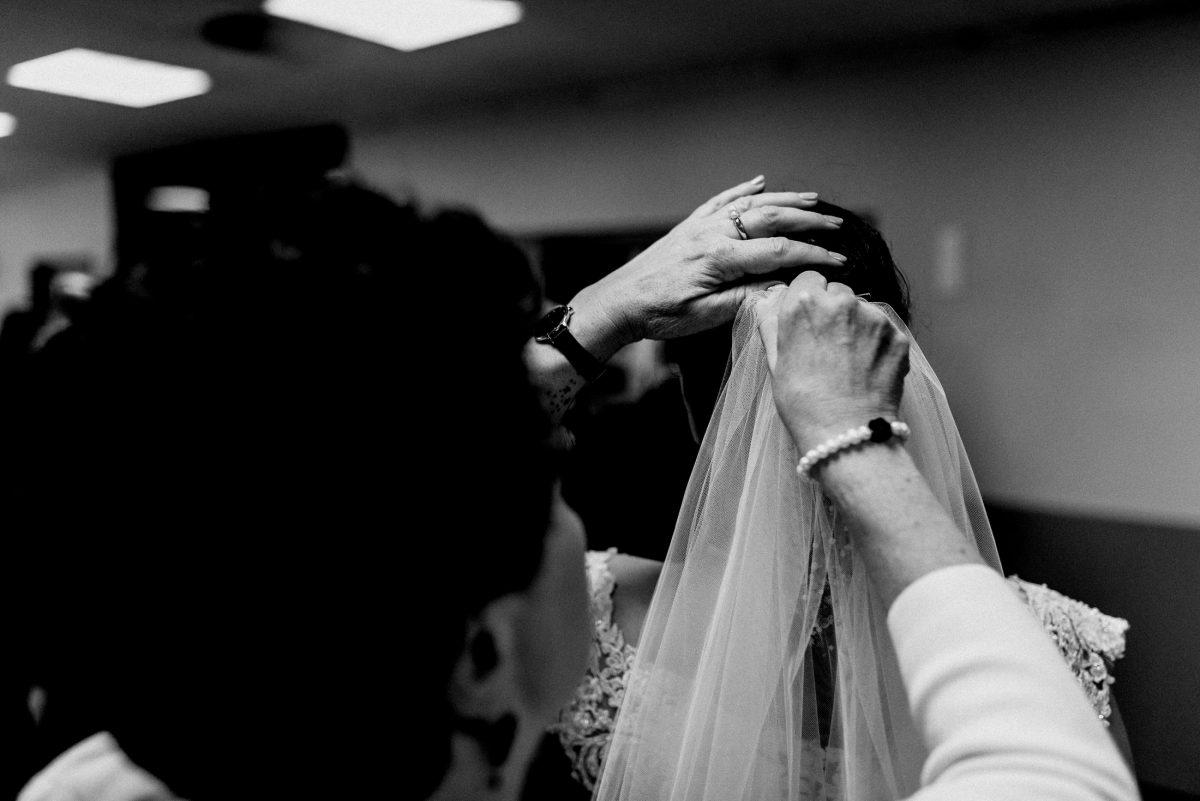 Schleier Haare Mutter Familie Perlenarmband schwarz weiß Braut