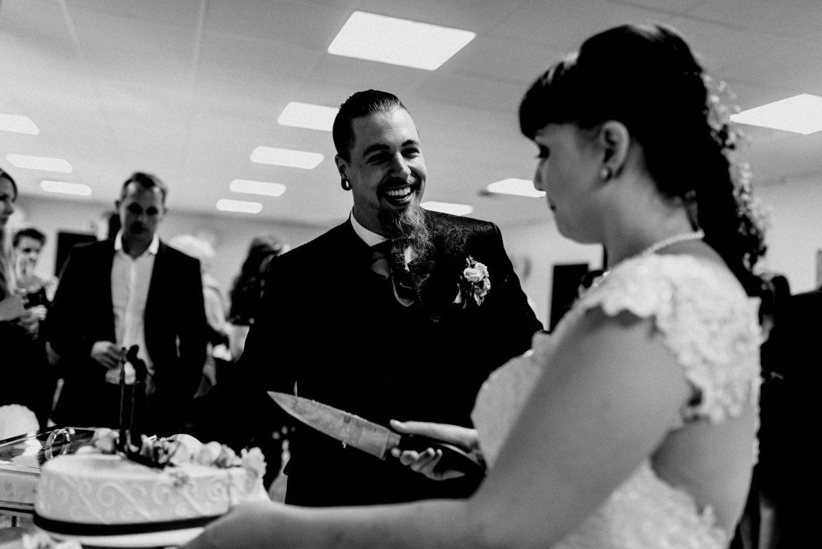 Anschnitt Torte lecker Hochzeit Feier Essen Gäste Spaß lachen Brautpaar