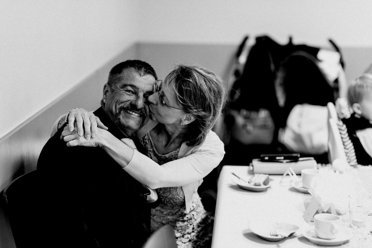 Eltern Liebe Familie Kuss Mann Frau Torte essen Harmonie lachen