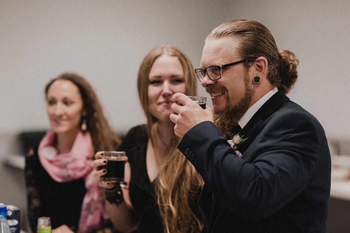 Gäste Mann Frauen Getränke kein Alkohol Alkohol Schal Kleider Zopf