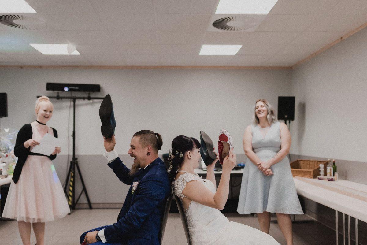 Spiel Spaß Lachen Schuhe Herzchen Freunde Rede Kleid Anzug Stühle Tradition