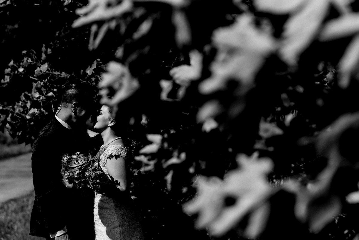Paarshooting sinnlich Blätter schwarz weiß Hochzeit Liebe Blumenstrauß