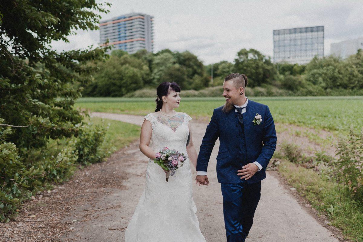 Hochhäuser Mann Frau Ehe Paarshooting Liebe Händchen Blumenstrauß