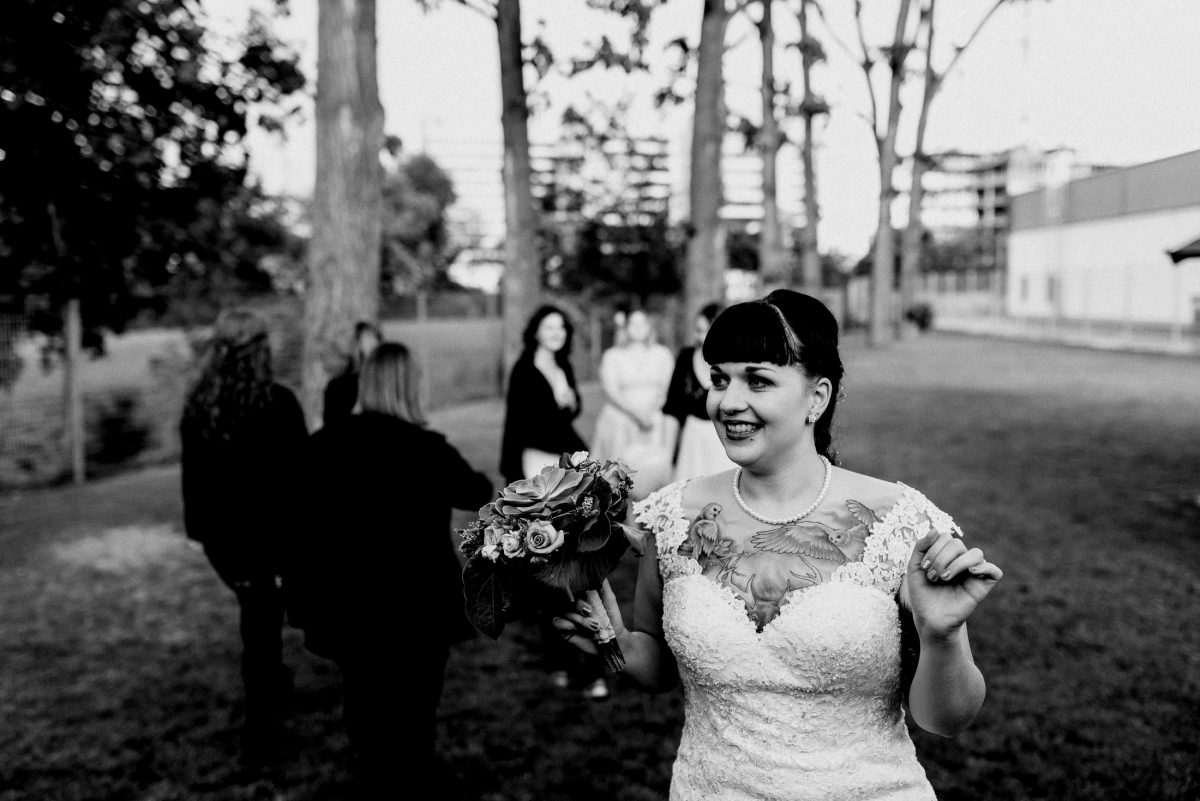 Brautstrauß werfen Frauen Tradition Bäume Spaß Freude lachen Hochzeit