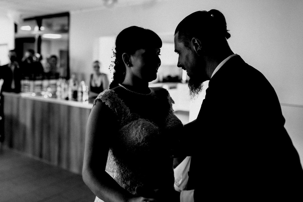 Blumen Mann&Frau Kleid Anzug Hochzeit Kleid Perlenkette Gäste