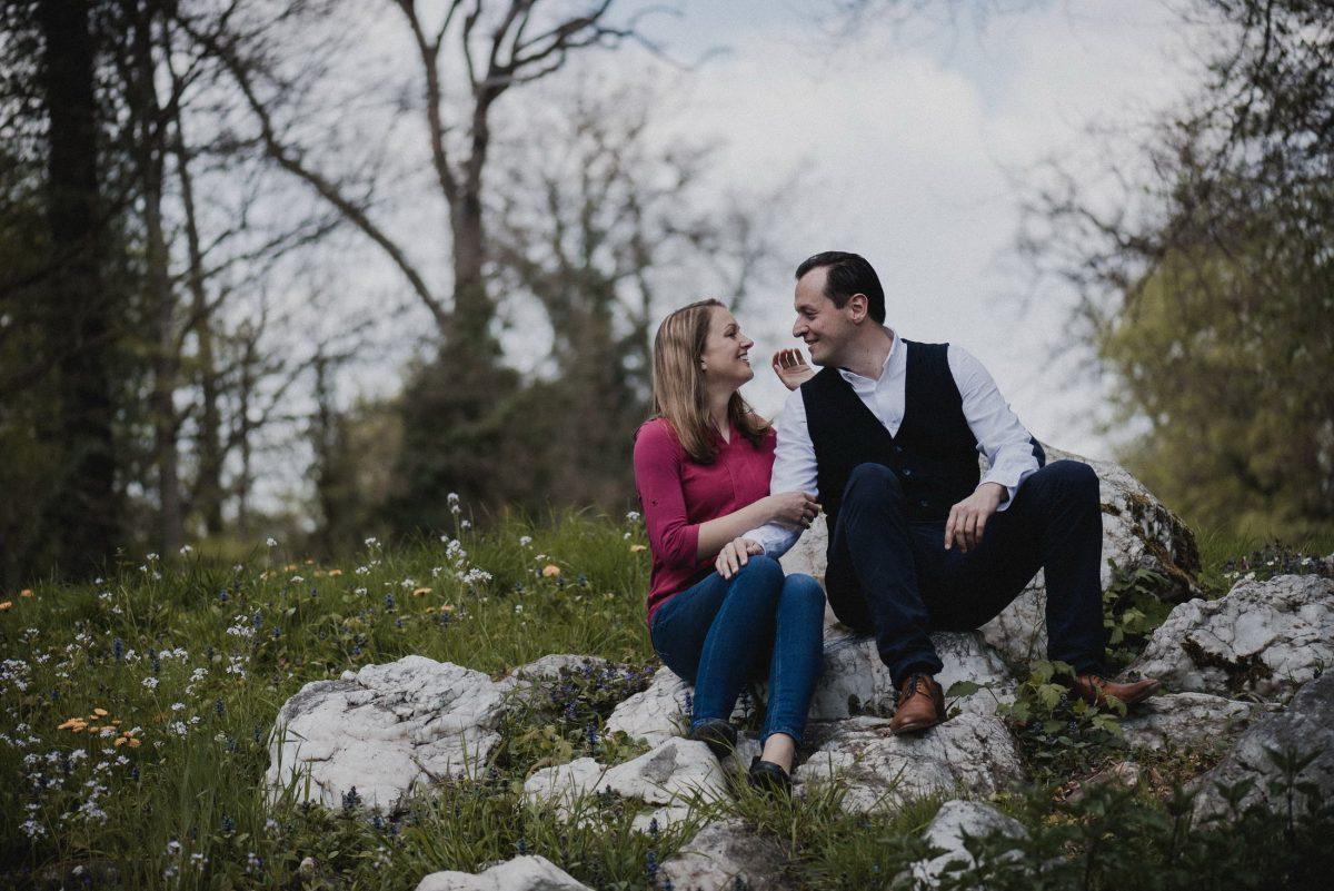 Liebvolles Paar Steinen sitzend albern spass haben glücklich sein verlobung