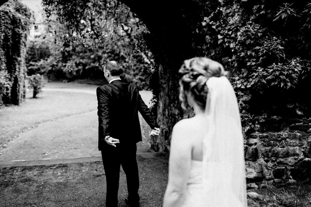 Durchgang Braut Bräutigam Steinwände
