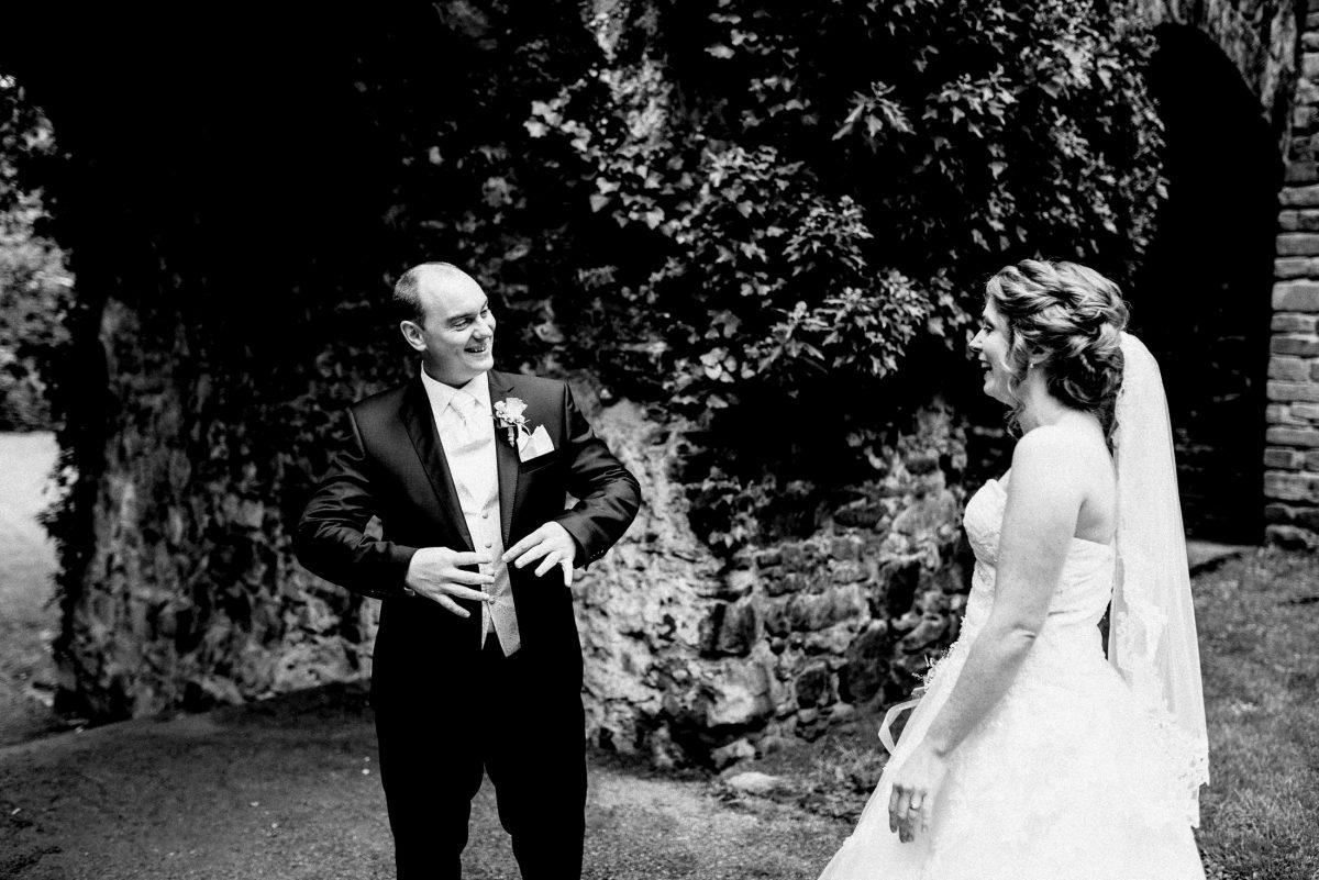 First Look Hochzeit Brautkleid Anzug freude