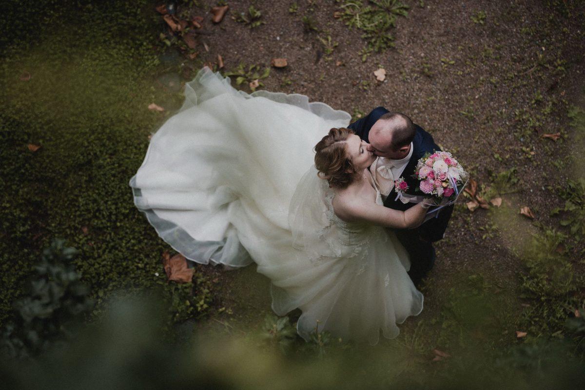 Schleppe Brautkleid Wedding Brautpaar Kuss Äste
