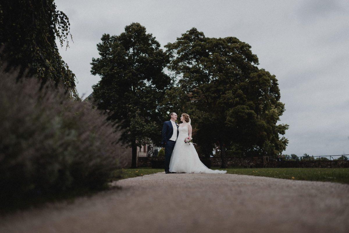 Park Bäume Gehweg Hochzeitspaar gemeinsam Lavendelbusch