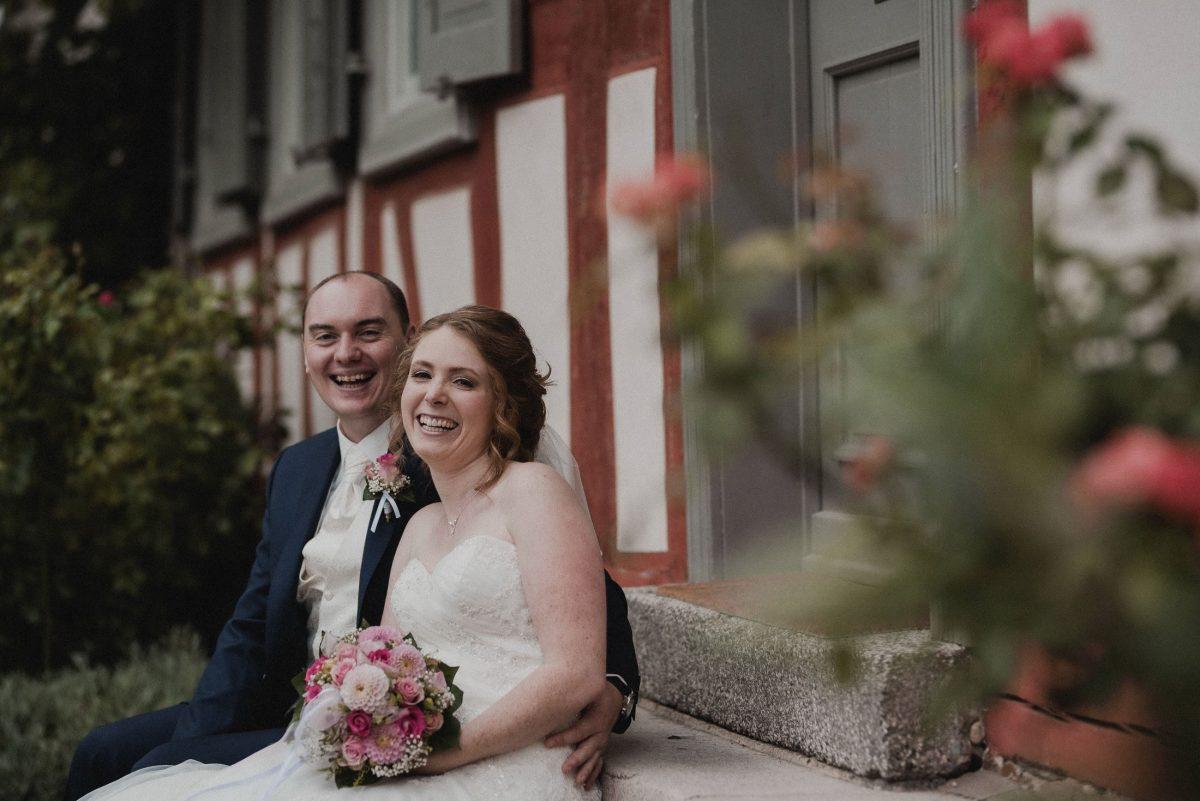 Fachwerkhaus Steintreppe Hochzeitsfotos Brautstrauss Ansteckblume