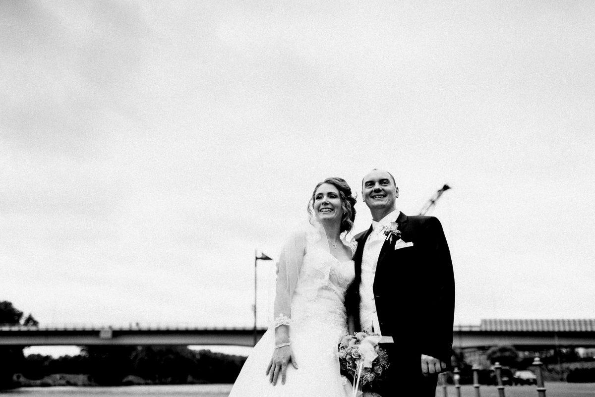schwarz weiß Brücke lächeln glücklich Paar Wedding Shooting