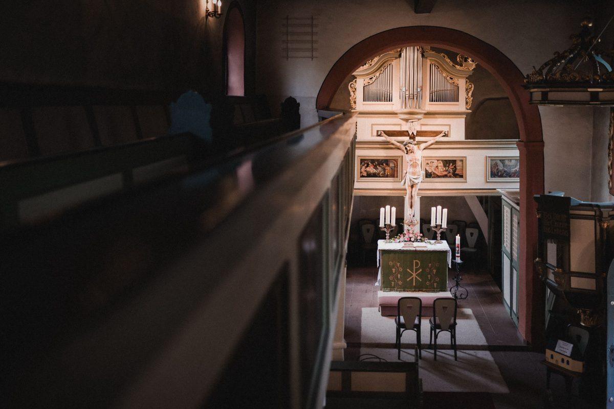 Dorfkirche Unterliederbach Altar Kreuz Stühle Kerzen Empore