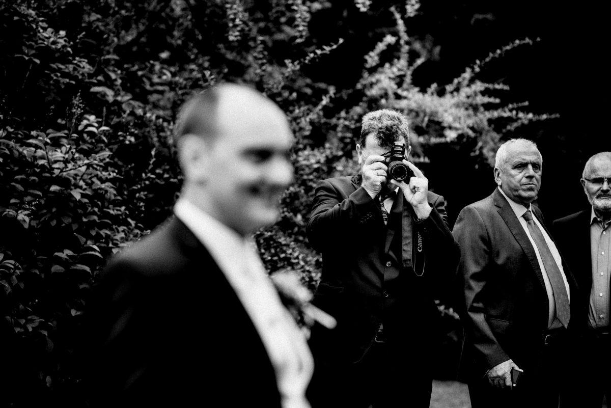gegenseitig Fotografieren Männer Büsche Kamera