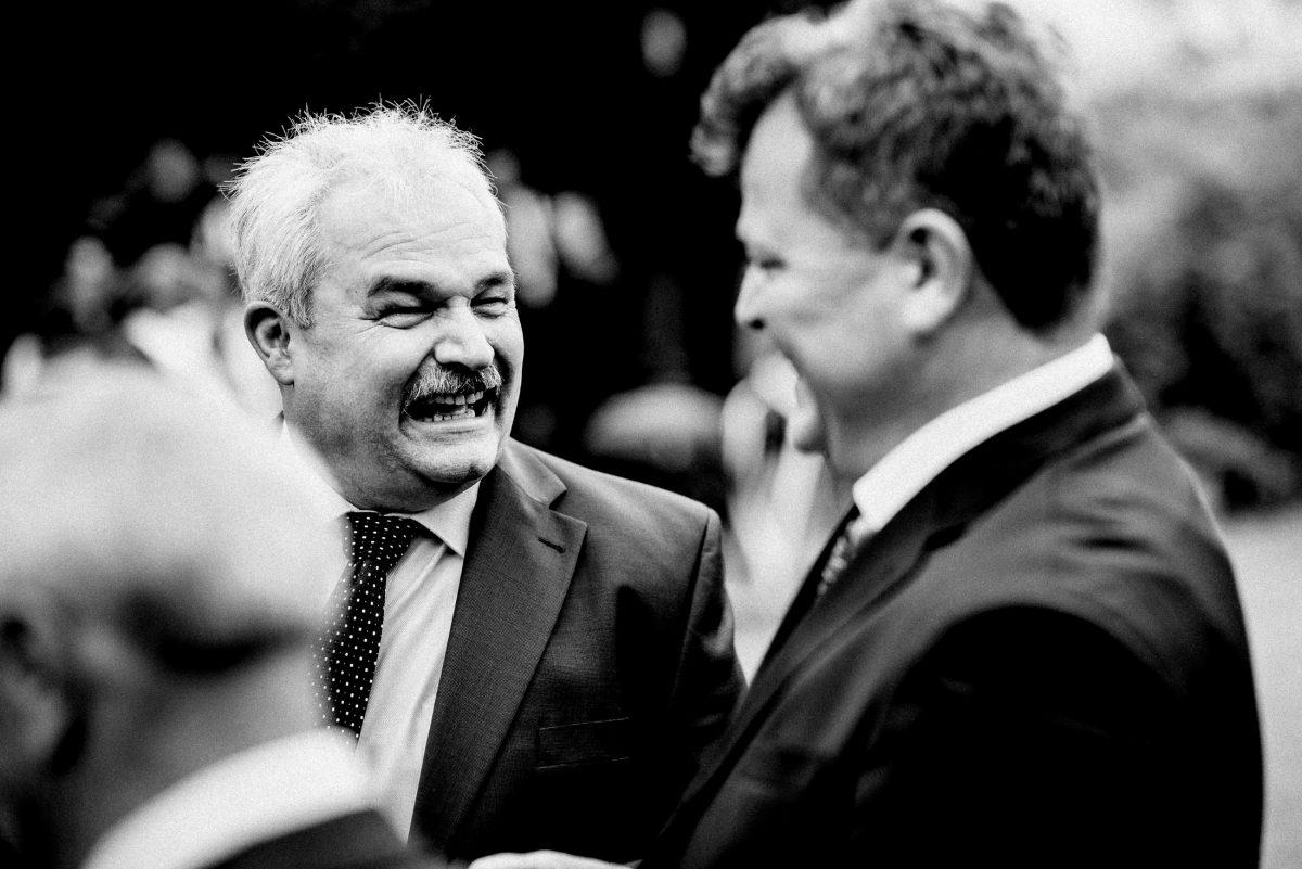 lachen fröhlich Männer unterhaltung Krawatte Punkte