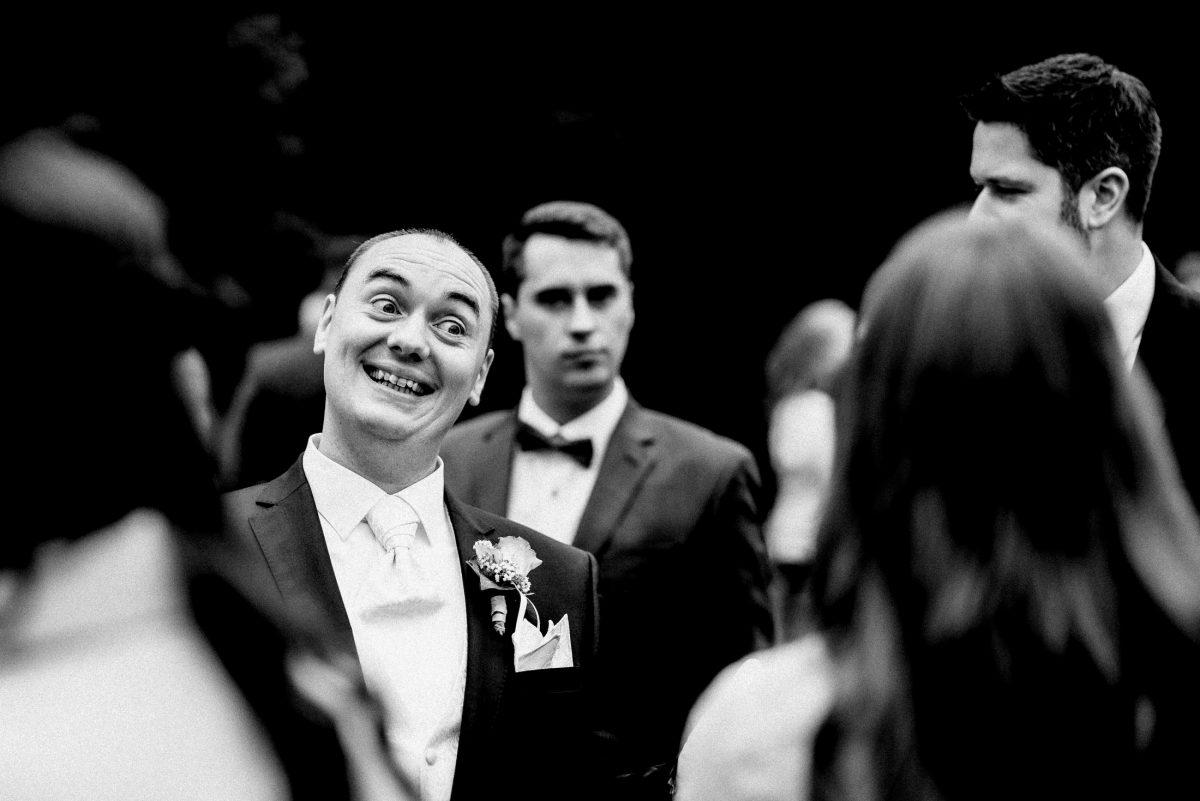 Bräutigam lachen aufregung Gäste ansteckblume Krawatte