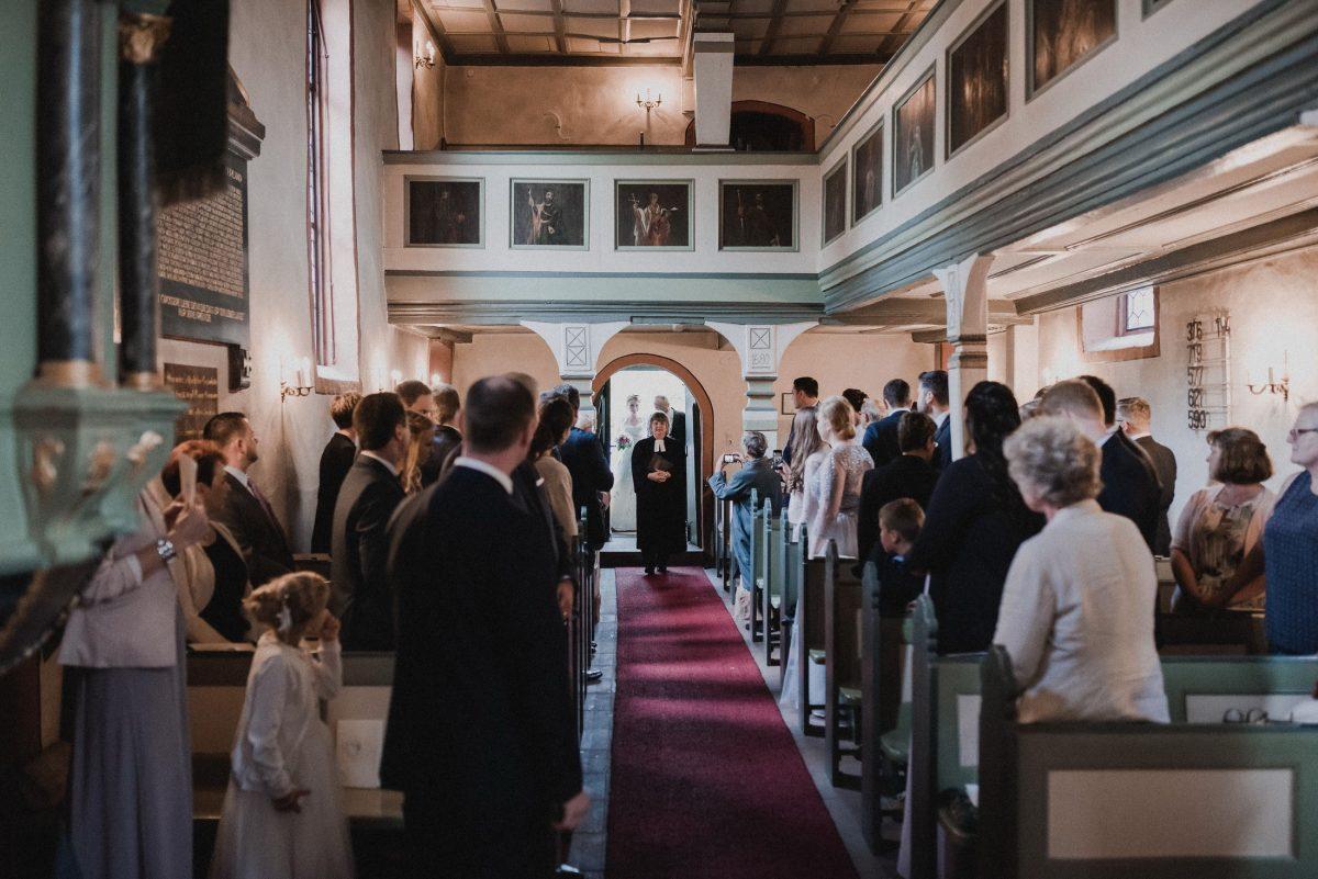 Eingang Pastorin Hochzeitsgäste Dorfkirche roter Teppich