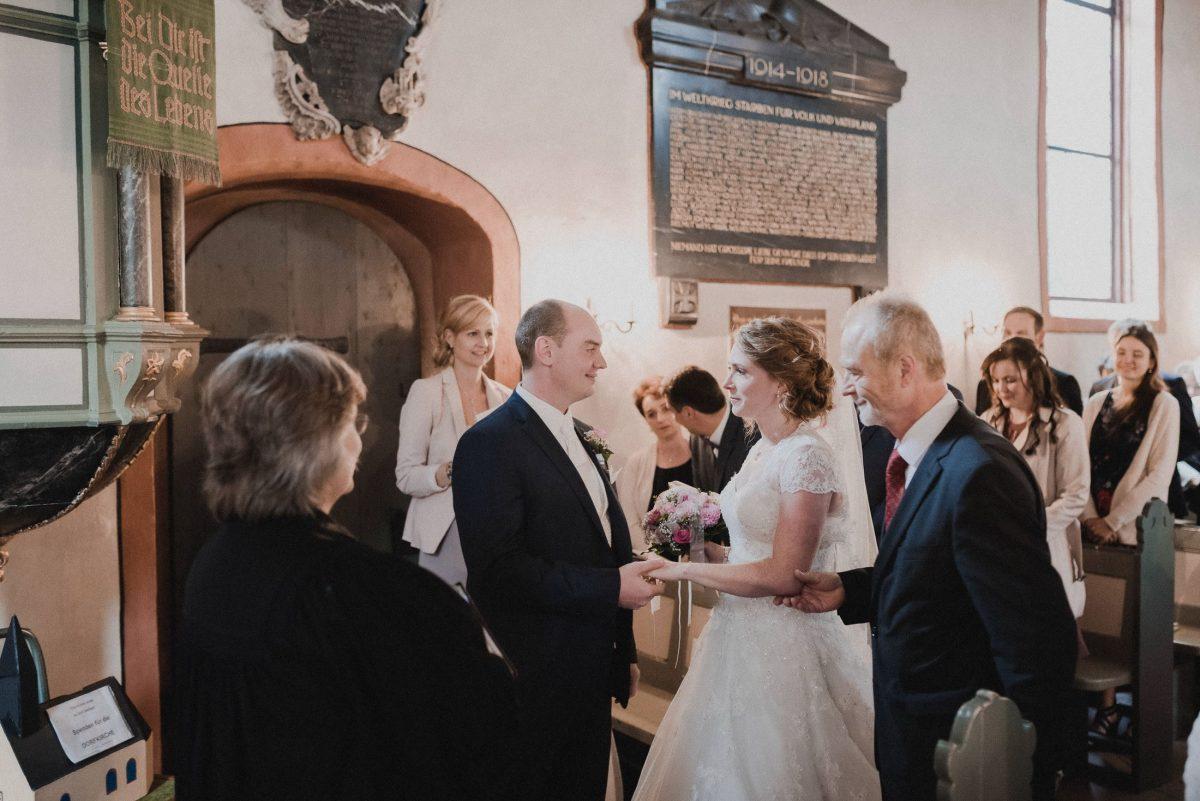 Brautübergabe Empore Brautpaar Pastorin Gedenktafel