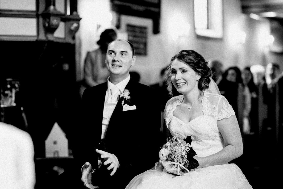 kirchliche Trauung Dorfkirche Brautpaar aufregung