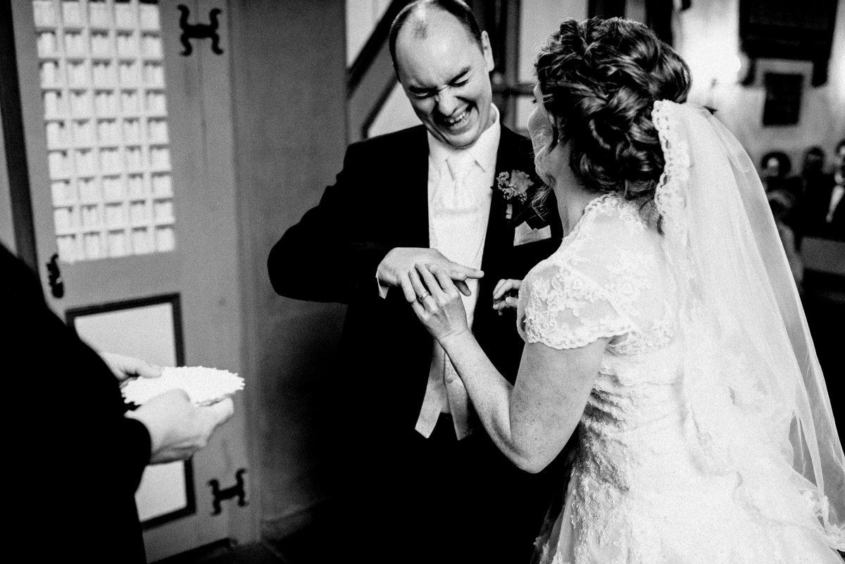 Ringübergabe Bräutigam lachen Hände Finger Schleier