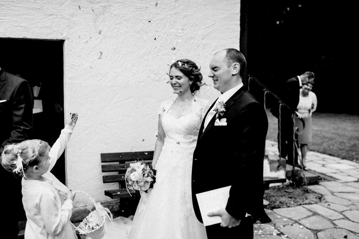 Brautpaar Empfang Blumenkind Blumen Korb Mauer