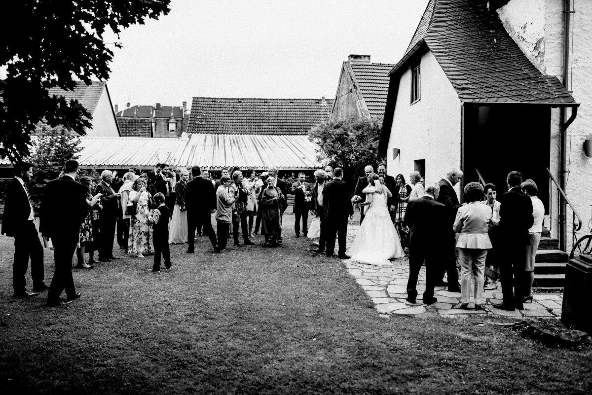 Hochzeitsgäste Empfang gratulation Trauung Dorfkirche außen Wiese