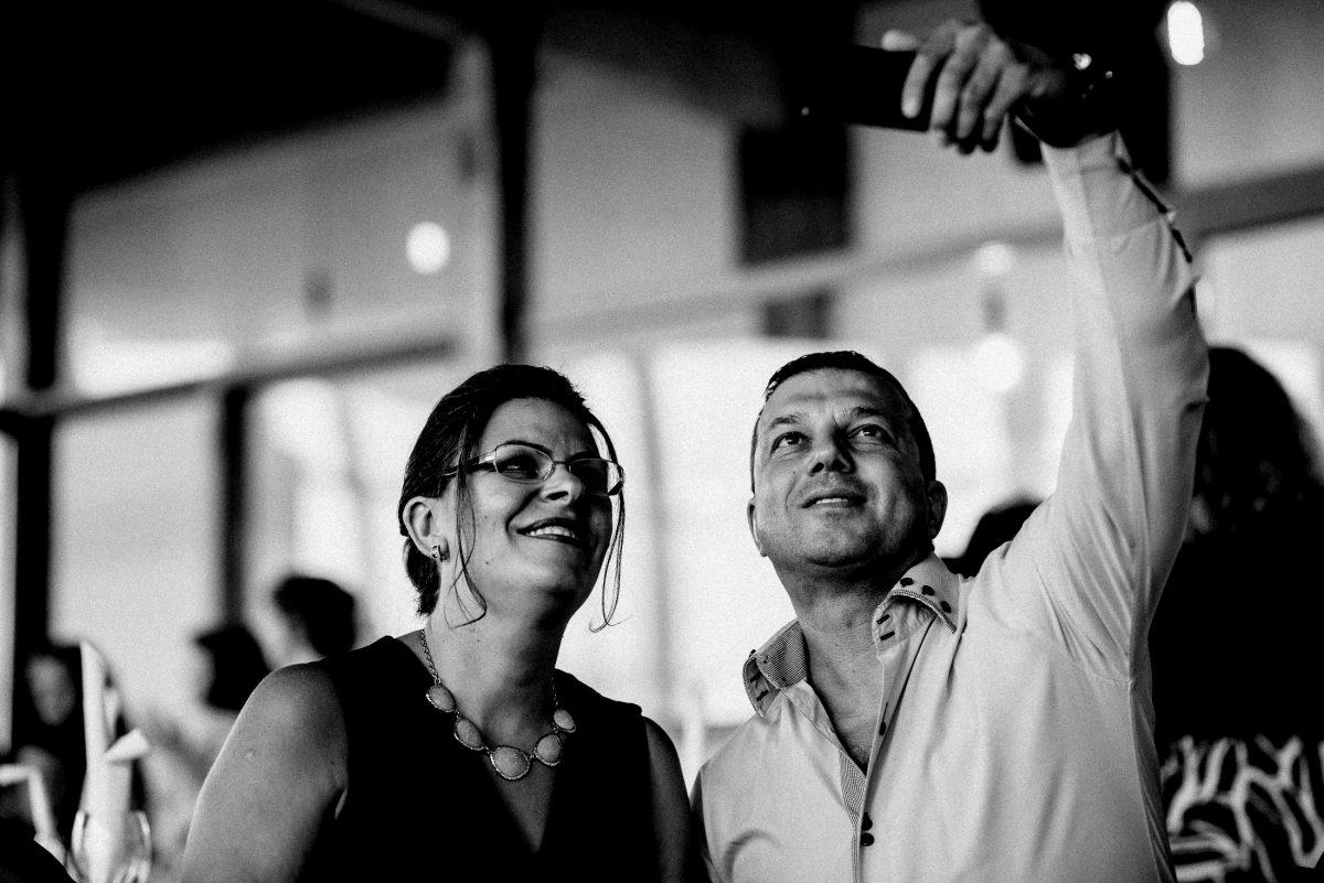 Selfie Handy Frau Mann Kette Brille aufgeknöpftes Hemd