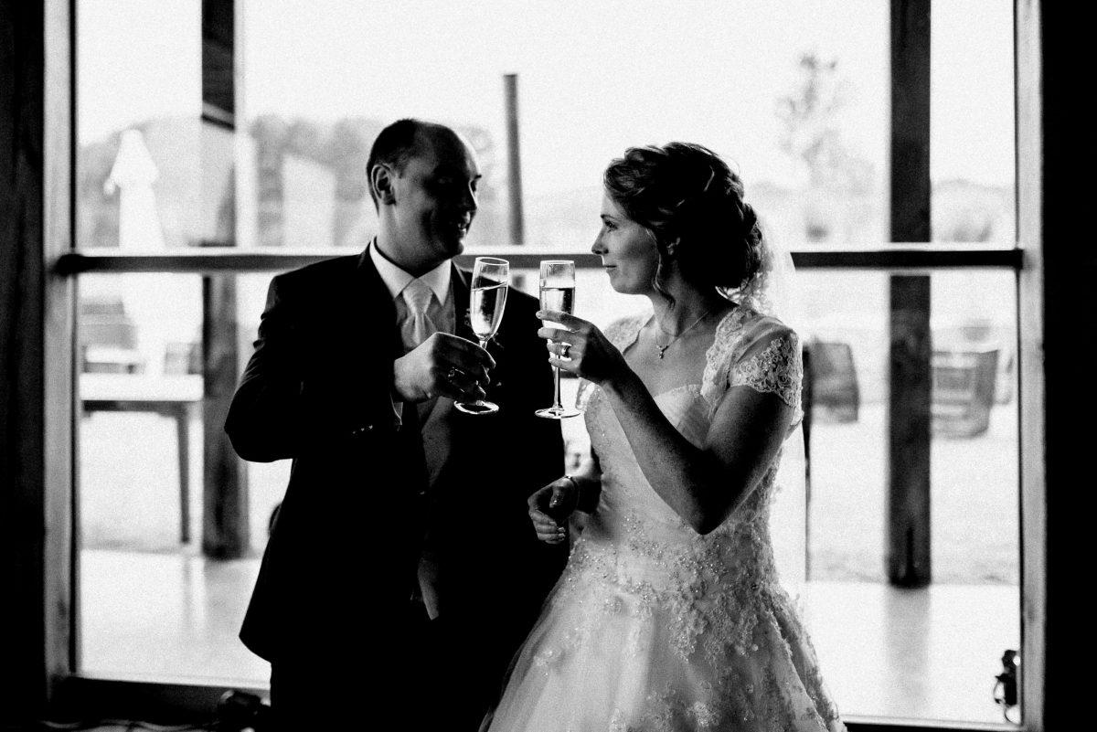 frisch verheiratet Sekt große hohe Glasscheibe Anstoßen