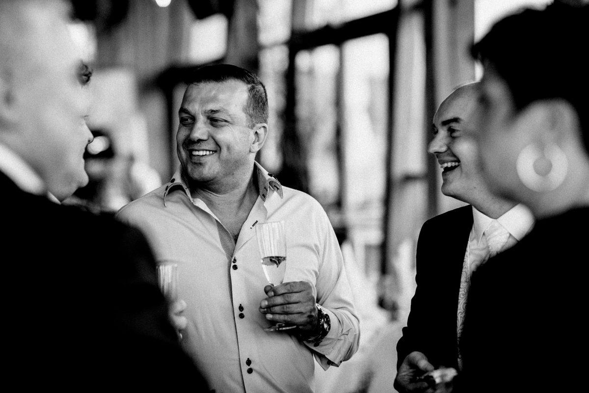 Sekt Männer Frau lachen unterhaltung unscharfer Hintergrund