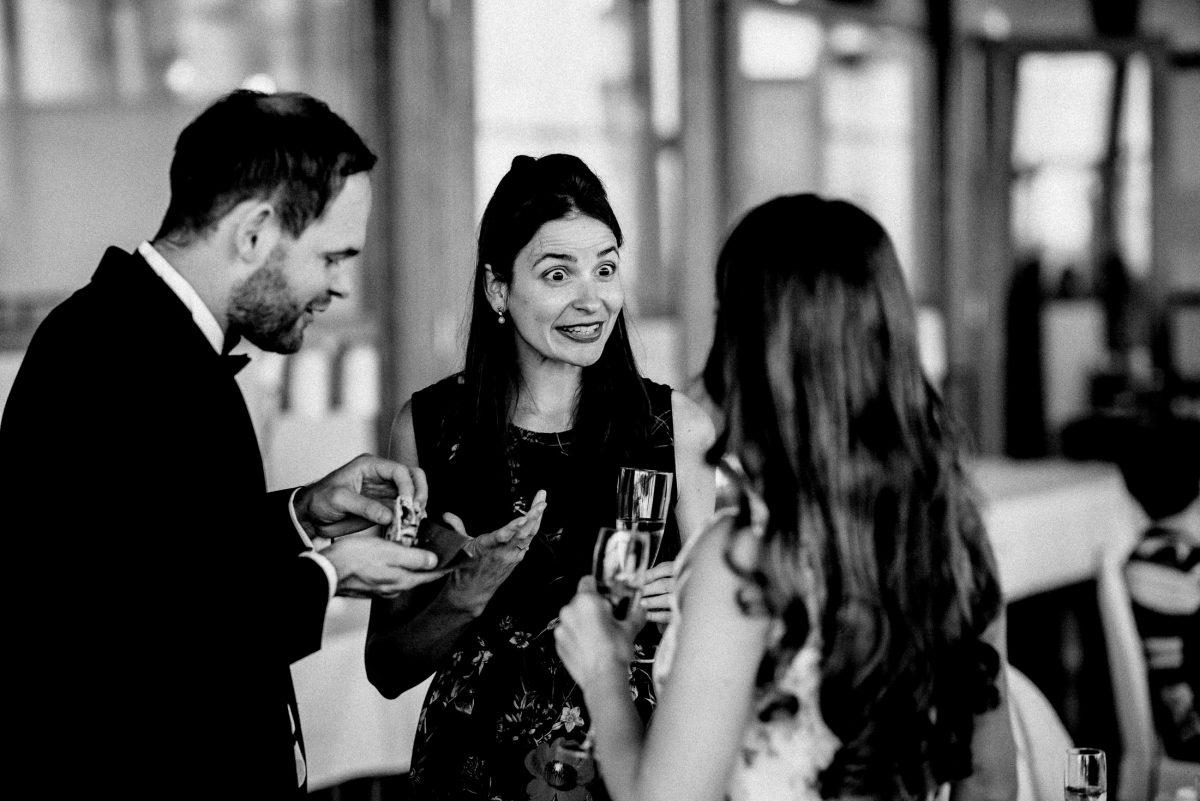 Häppchen Snack Sektempfang Hochzeitsgäste Mann Frauen gespräch