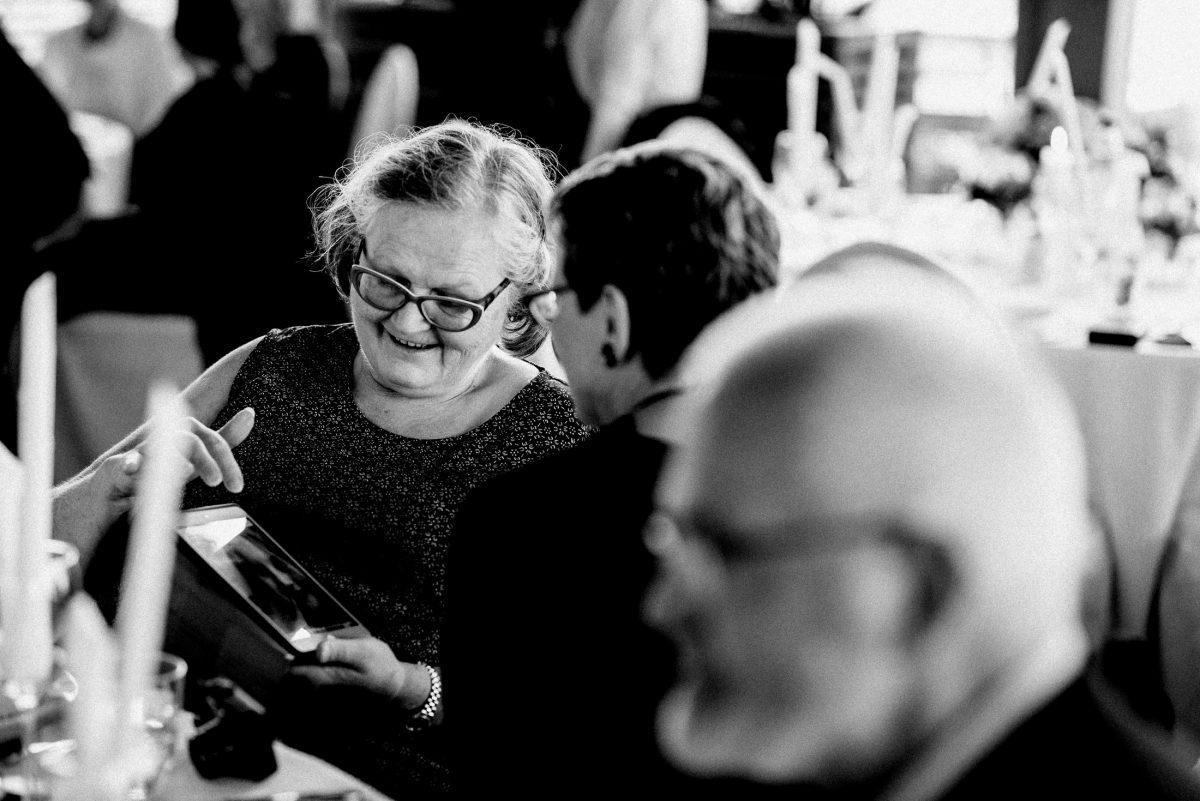 Tablet ältere Dame Brille Kerzen Sitzgruppe Hochzeit
