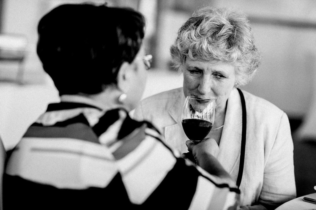 riechen Wein Weinglas ältere Damen