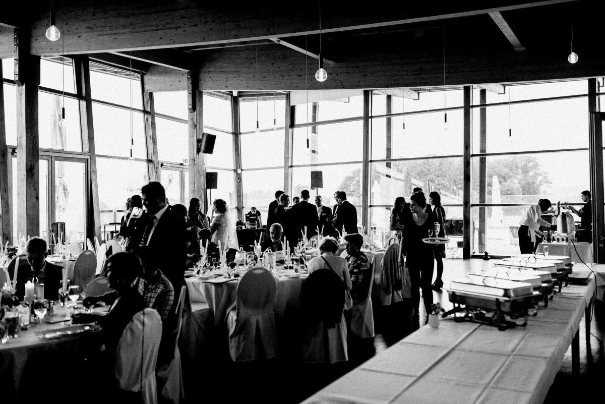 Hochzeitslocation Büffet Tische Hussen Holzbalken