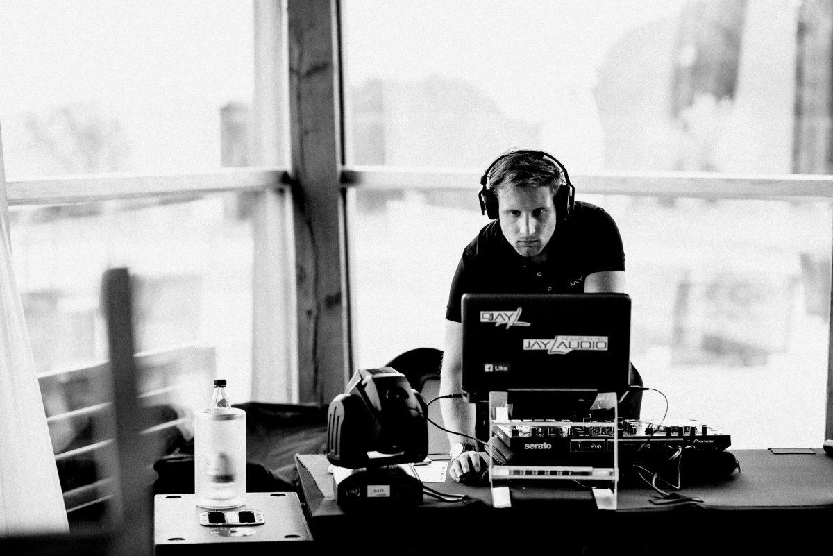 Hochzeitsdj DJ Kopfhörer Laptop Steuergerät Mann