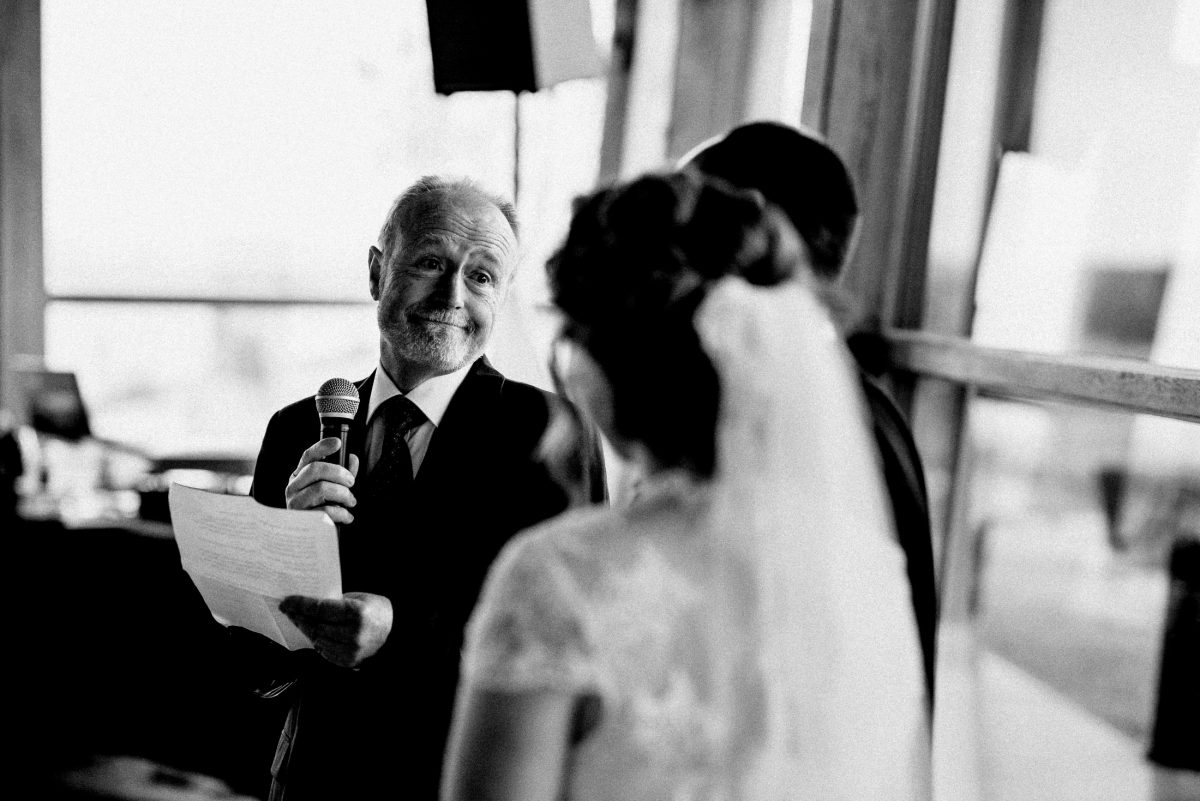 Hochzeitsrede Zettel Mikrofon älterer Herr Lautsprecher