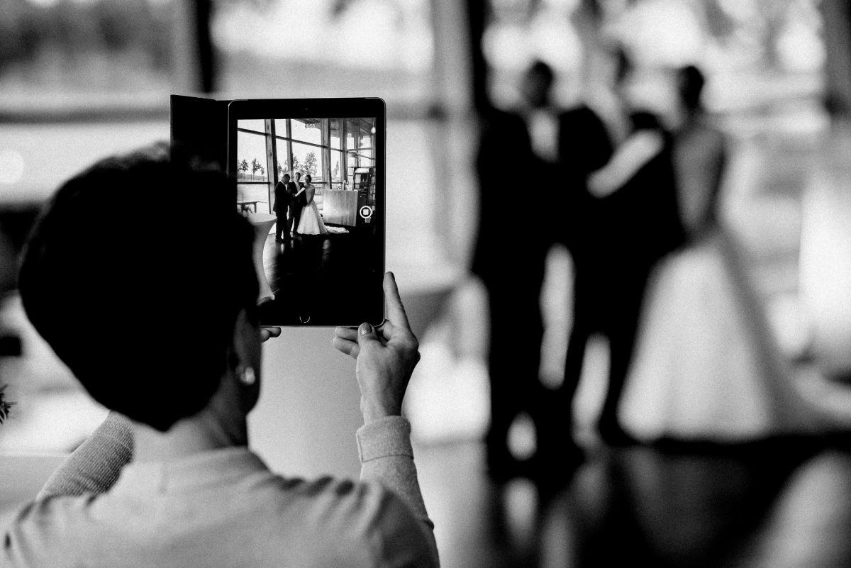 Foto Tablet Foto im Foto Bühne Brautpaar Frau