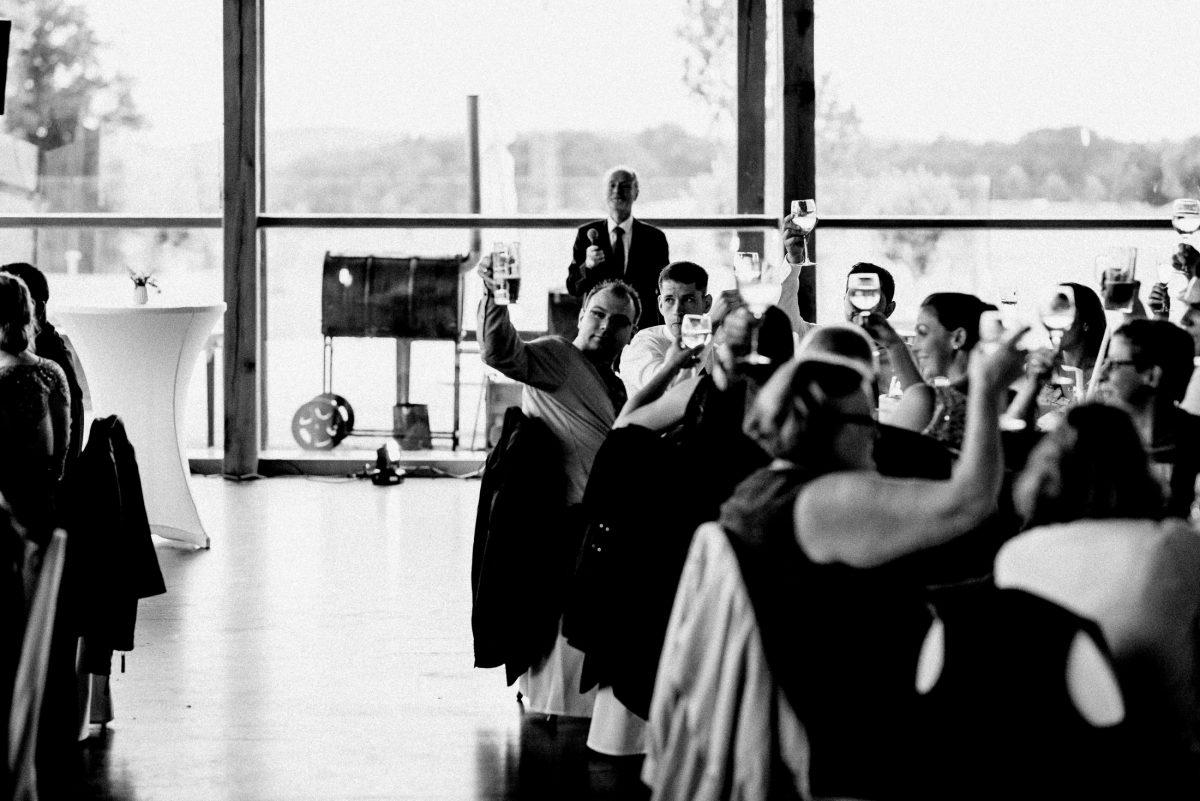 Gläser erheben Prosten Hochzeitsgäste Smoker