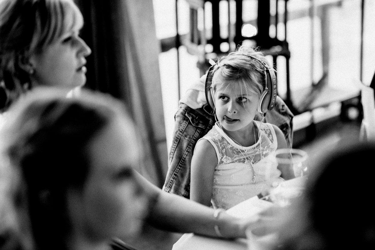 Kind Zunge Kopfhörer Jeansjacke Stuhl Tischgruppe