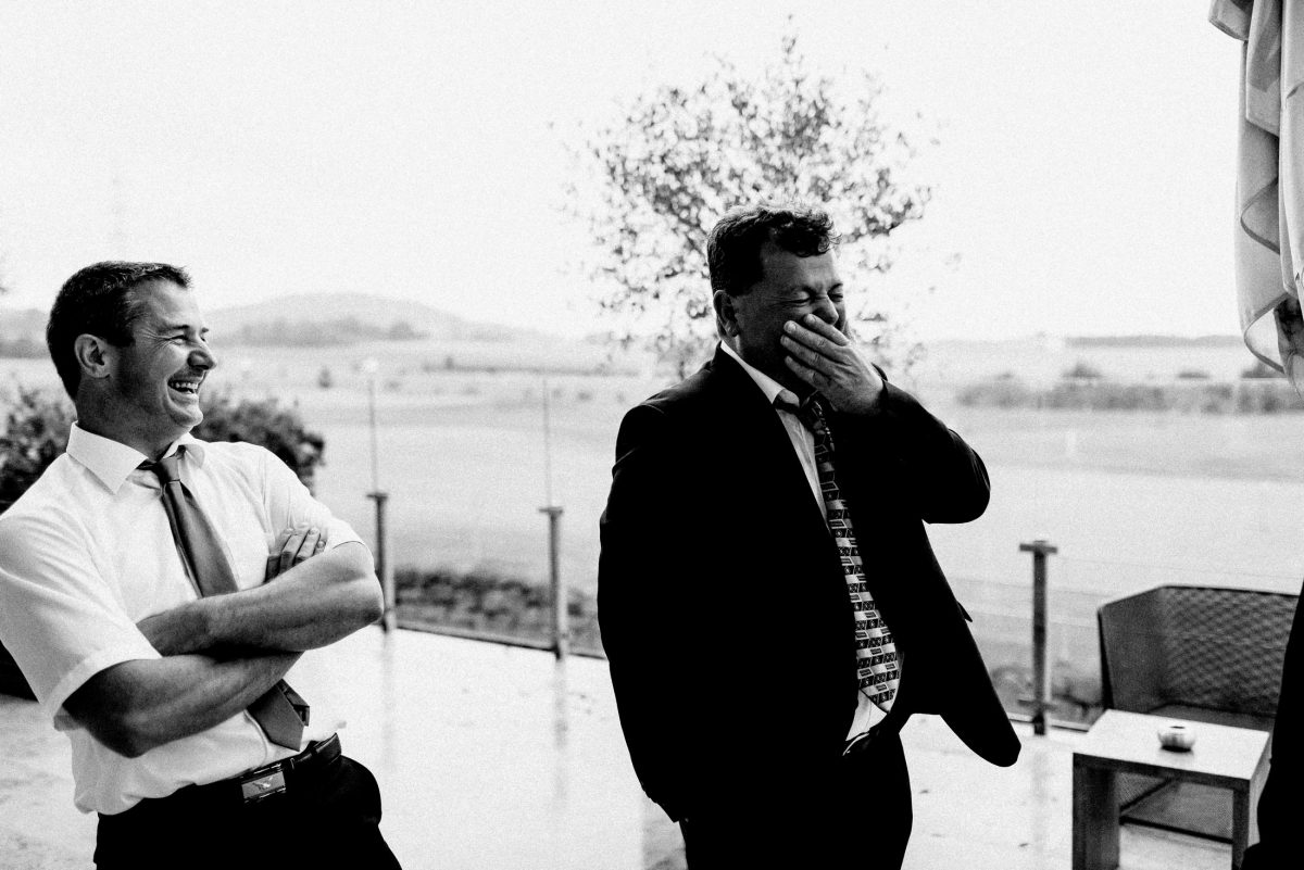 Terrasse kurzes Hemd Krawatte Männer lachen Baum