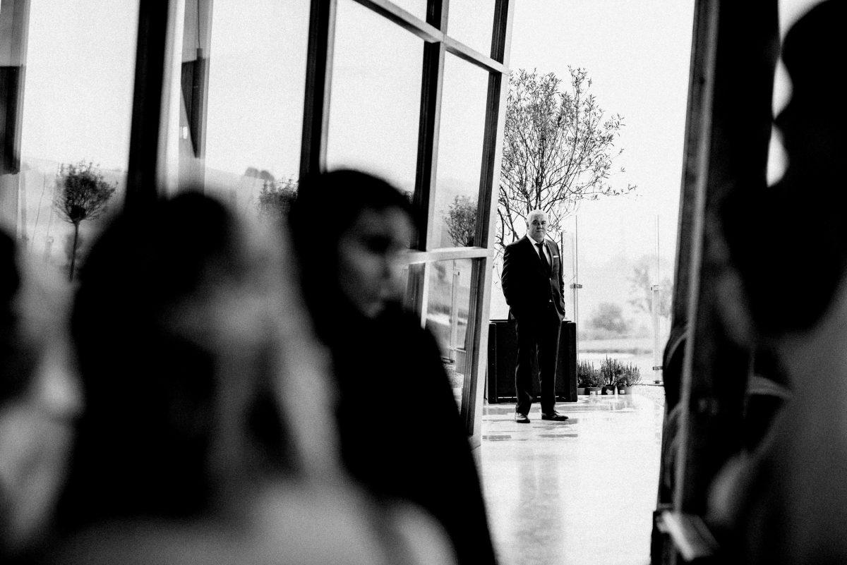 Außenbereich Terrasse schwarz weiß Foto Anzug Mann